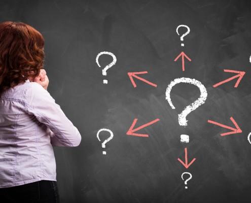 junge Frau steht vor vielen Fragen